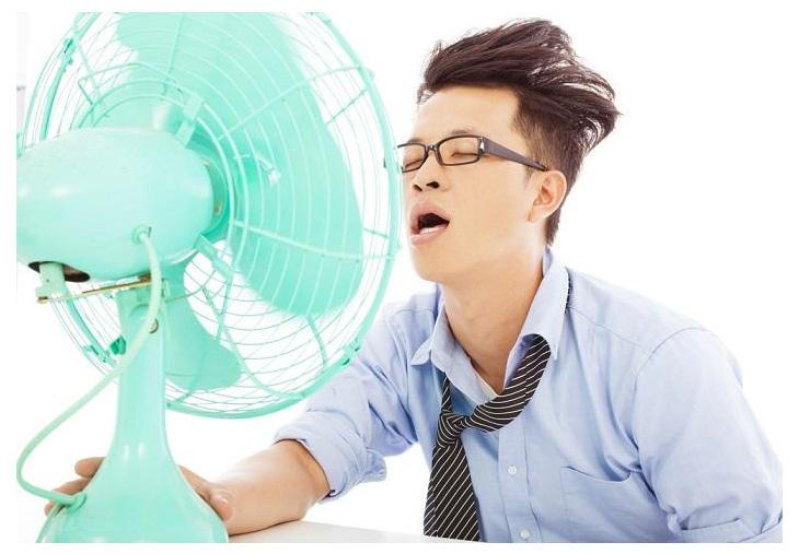 Để quạt chạy thẳng vào người khi mới đi từ ngoài trời nắng nóng về là thói quen không tốt cho sức khoẻ, ảnh minh hoạ.