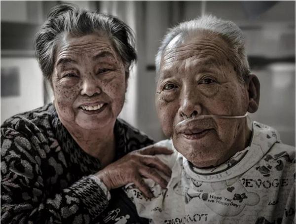 Ông Từ Quảng Dư và bàTừ Thanh Hoa - 2 nhân vật chính trong bức ảnh Nụ hôn gây sốt