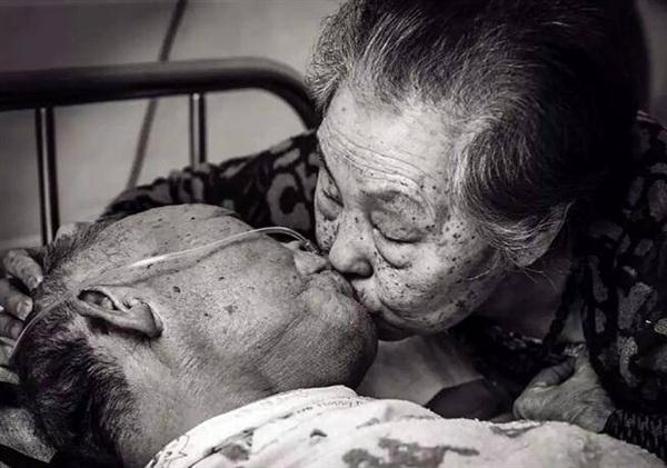 Bức ảnh gây sốt mang tên Nụ hôn