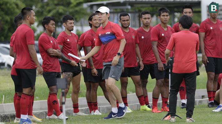 HLV Shin Tae-yong (mũ trắng) dẫn dắt U19, U23 và ĐTQG Indonesia. Trước mắt nhiệm vụ tại U20 World Cup 2021 đang là mục tiêu quan trọng nhất với HLV người Hàn Quốc.