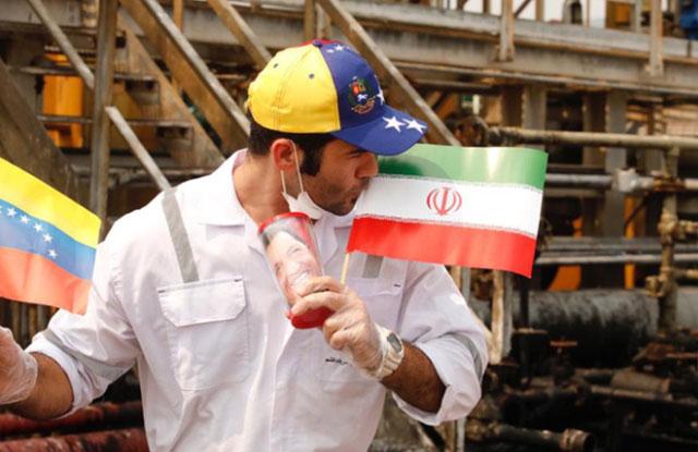 Một thủy thủ trên tàu Fortune cầm hai lá cờ của Iran và Venezuela (Nguồn ảnh: peoplesdispatch)