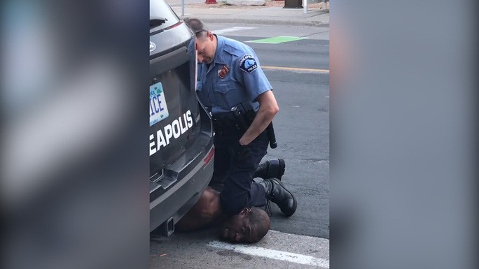 Video lan truyền trên mạng xã hội hôm 25-5 cho thấy viên cảnh sát da trắng đang đè đầu gối xuống cổ ông George Floyd trong 8 phút 46 giây. Ảnh: AP