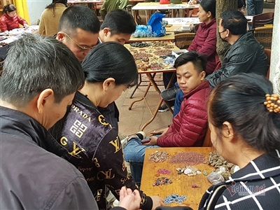 Chợ phiên đá quý ở Hà Nội.