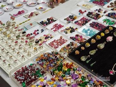 Những viên đá quý từ dạng thô đến chế tác tinh xảo có giá trị được bày bán la liệt.