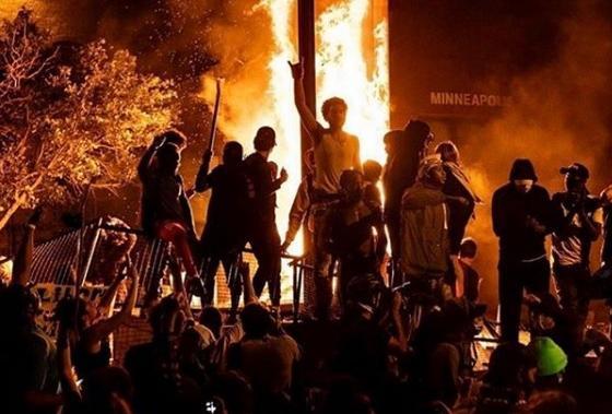 Người biểu tình đốt phá ở Minneapolis. Ảnh: Getty Images