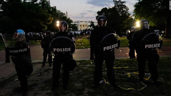 Trong khi đám đông người biểu tình vây kín Nhà Trắng ở thủ đô Washington tối 29-5, Tổng thống Donald Trump được đưa xuống hầm một thời gian ngắn. Ảnh: CNN