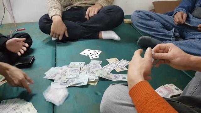 4 đối tượng bị bắt quả tang khi đang đánh bạc, trong đó có ông Toàn, Trưởng phòng Quản lý công chức, viên chức Sở Nội vụ (ảnh minh họa)