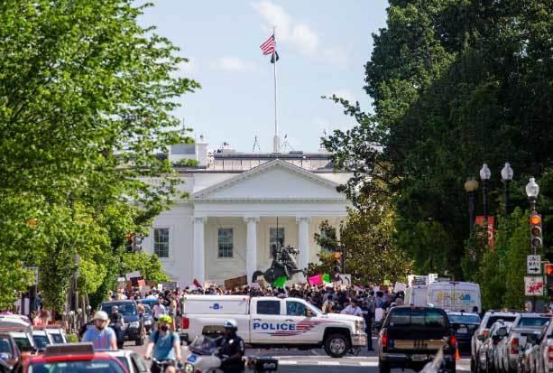 Người biểu tình tập trung bên ngoài Nhà Trắng (Ảnh: Forbes)