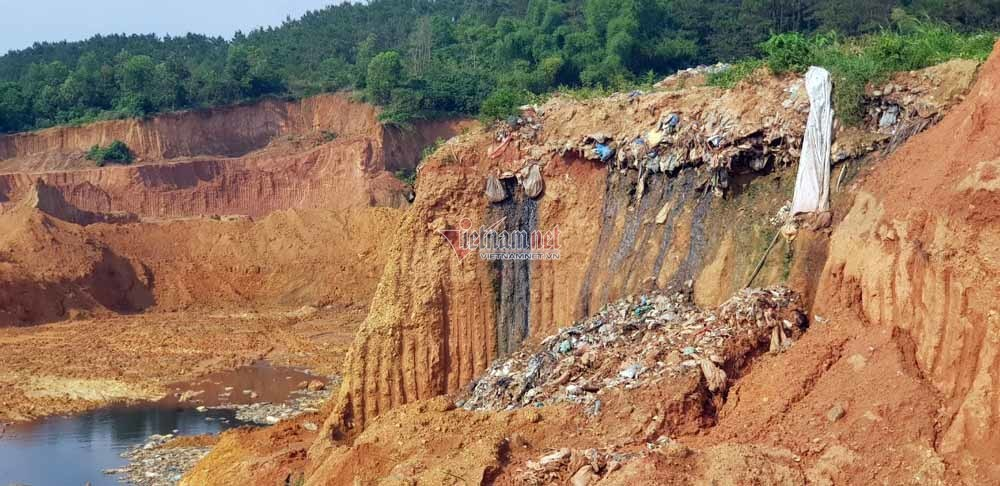 Rác thải tràn xuống các hố được đào sẵn trên núi Bông