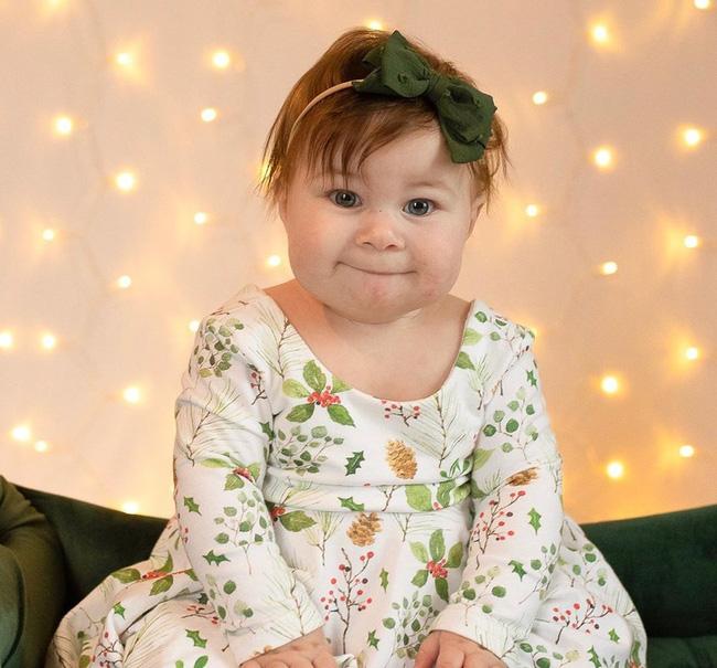 Hiếm hoi lắm mới có 1 tấm hình cô bé mỉm cười vui vẻ.