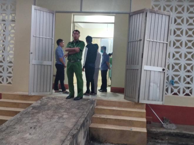 Công an tỉnh Bình Phước đang khám nghiệm hiện trường vụ ông Lương Hữu Phước nhảy lầu tự tử. Ảnh: Người lao động