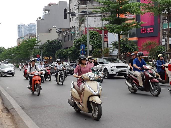 Sẽ không quy định 'cứng' thành quy tắc giao thông đối với quy định bắt buộc bật đèn xe máy nhận diện vào ban ngày - Ảnh: Văn Duẩn