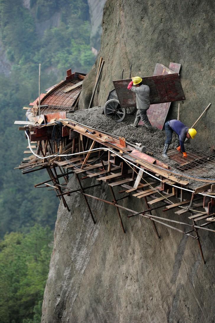 Các công nhận tại Trung Quốc đang xây đường đi lên núi.