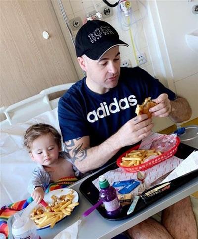 Cậu bé 1 tuổi bắt đầu phải điều trị ở bệnh viện