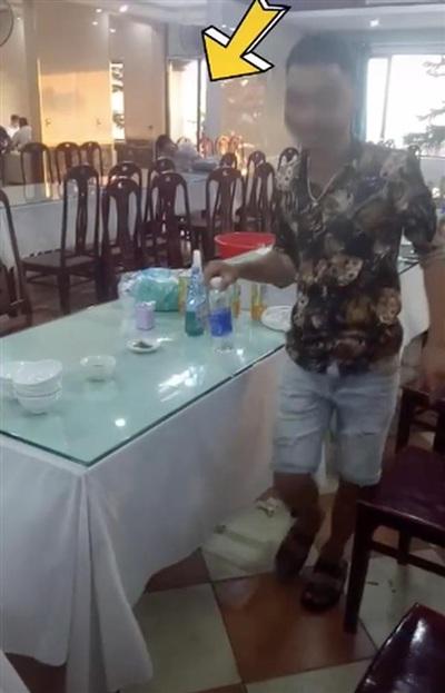 Vị khách được nhân viên nhà hàng cho rằng đã 'ki bo' khi vẫn đợi lấy đủ 12 nghìn tiền thừa rồi mới ra về trong khi ăn bữa ăn 20 triệu.
