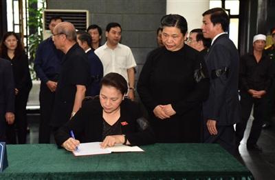 Chủ tịch Quốc hội Nguyễn Thị Kim Ngân ghi sổ tang.