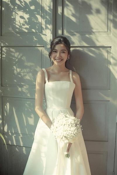 Á hậu Thúy Vânlựa chọn kiểu váy xòe nữ tính, thiết kế đơn giản nhằm tôn lên sự thanh lịch, sang trọng. Bên cạnh đó, Thúy Vân cũng chọn kiểu trang điểm nhẹ nhàng, đơn giản để phù hợp với tổng thể, tôn lên nét đẹp tự nhiên nhất của cô.