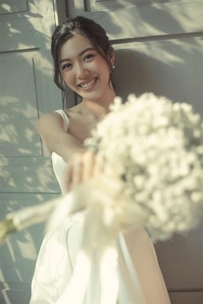 Á hậu Thúy Vân hậu thực hiện bộ ảnh cưới với trang phục của nhà thiết kế Lê Thanh Hòa. Bộ ảnh tương đối đơn giản, sắc trắng tinh khôi tôn lên vẻ đẹp của Thúy Vân một cách giản dị nhất.