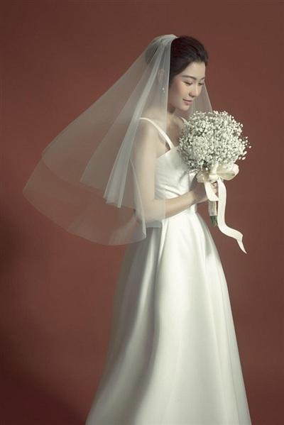 Lê Thanh Hòa cho biết, anh thiết kế trang phục dành riêng cho Thúy Vân như một lời chúc hạnh phúc tới người em của mình trong ngày trọng đại sắp tới.
