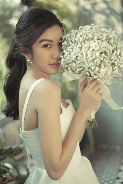 Trước đó, cô cũng 'nhá hàng' một vài hình ảnh trong bộ ảnh cưới khác, chụp theo phong cách 'tổng tài' cùng chồng sắp cưới. Lần này cô chọn chụp cô dâu đơn, không có chú rể bên cạnh.