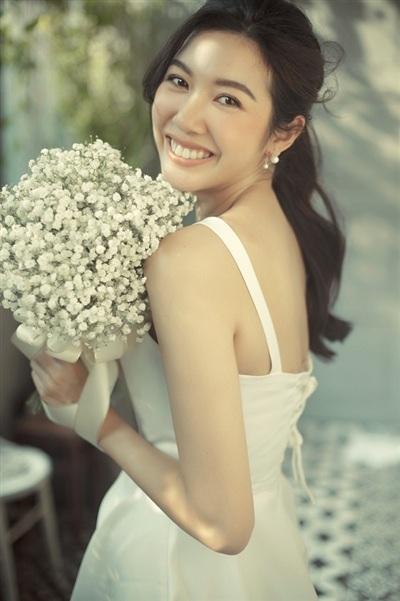 Nàng hậu tay cầm bó hoa baby trắng, nở nụ cười tươi tắn rạng rỡ trong từng khung hình, sự hạnh phúc khi được trở thành cô dâu biểu hiện rõ trên nét mặt của người đẹp.