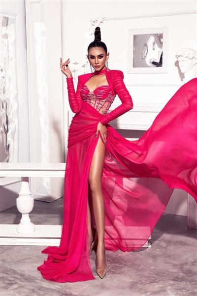 Vai bồng quyền lực, sang trọng được đi đôi cùng đường xẻ tà cao với vạt váy dài thướt tha, yêu kiều. Nếu như nhiều người lựa chọn trang điểm tông lạnh hay dịu dàng để cân bằng sắc thái của bộ cánh, Võ Hoàng Yến trang điểm màu sậm với tông nóng chủ đạo.