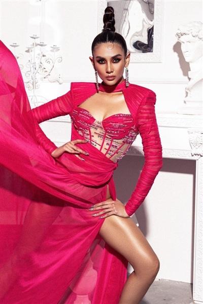 Những chi tiết cắt cúp cảm hứng corset được lồng ghép khéo léo cùng vạt dài kiêu kỳ, đồng thời tập trung ánh nhìn vào vòng 1 gợi cảm.