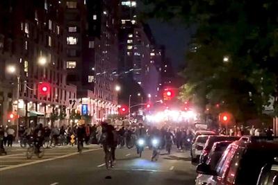 Hàng ngàn người biểu tình tiến về phía tây Manhattan. Cảnh sát túc trực nhưng chưa xảy ra vụ đụng độ nào. Đã hơn 1 giờ trôi qua kể từ lệnh giới nghiêm.