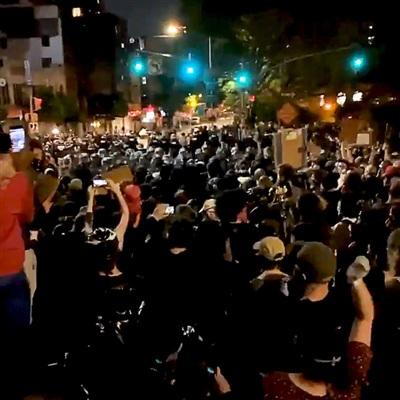 'Hãy để chúng tôi qua', 'đừng xé lẻ'... khẩu hiệu hô vang khi hàng trăm người khác bị cảnh sát ngăn chặn không cho tiến vào Manhattan.