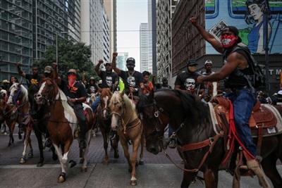 Người biểu tình đã cưỡi ngựa xuống đường ở Houston, Texas