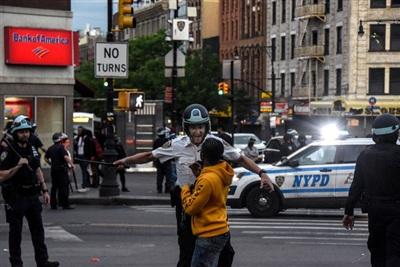 Cảnh sát giải tán người biểu tình sau giờ giới nghiêm ở quận Bronx, thành phố New York