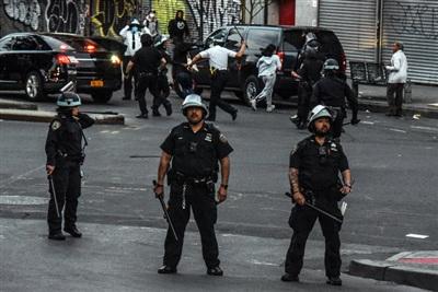 Cảnh sát dùng dùi cui giải tán nhóm thanh thiếu niên ở quận Bronx, yêu cầu 'Về nhà đi'. Ít nhất 1 thanh niên bị 3 cảnh sát bắt giữ do vi phạm lệnh giới nghiêm.