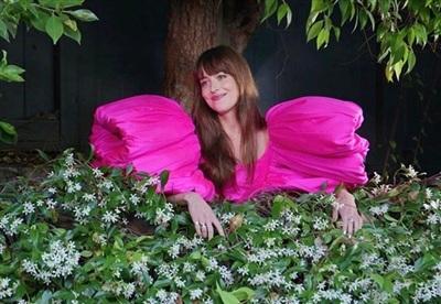 Khoảnh khắc Dakota Johnson xuất hiện bên hàng rào hoa, tỏa sáng trong chiếc đầm tay phồng rực rỡ, khiến ai nấy đều ''lịm tim'' vì quá đỗi ngọt ngào. Điều làm người hâm mộ Việt Nam tự hào hơn là trang phục mà cô nàng lựa chọn đến từ nhà thiết kế Công Trí.