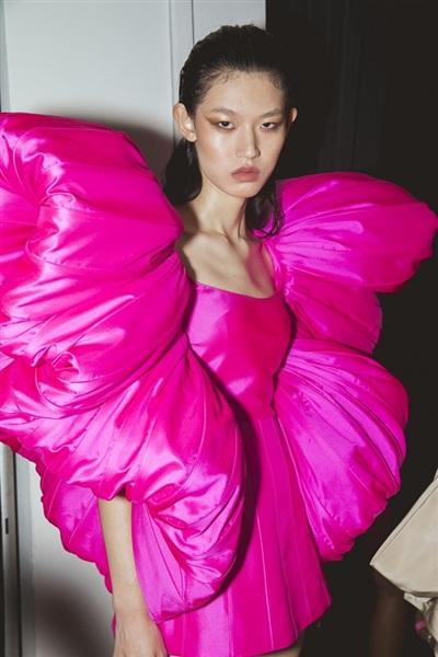 Bộ cánh tay phồng phủ sắc hồng đậm, được chế tác kỳ công, mang ''hơi thở'' Haute Couture nồng đượm.