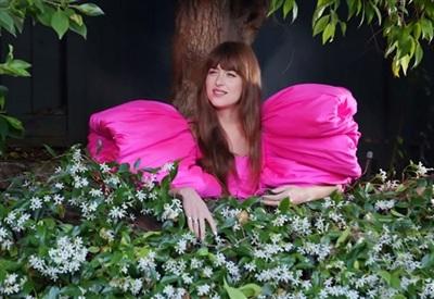 Khoác lên mình bộ đầm hồng fuchsia, thả tóc dài duyên dáng, Dakota Johnson tuy nhập vai cô hàng xóm song lại được ví như công chúa bởi tạo hình đậm chất cổ tích. Thiết kế bồng bềnh của Công Trí còn làm bật vẻ kiều diễm cho người đẹp sinh năm 1989.