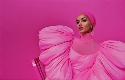 Bông hồng sinh năm 1997 còn là người mẫu da màu đầu tiên đội khăn Hijab lên bìa của tạp chí. Essence dường như cũng ưu ái phủ hồng toàn bộ trang đầu, tôn vinh vẻ đẹp, tinh thần nữ quyền của Halima một cách uyến chuyển.