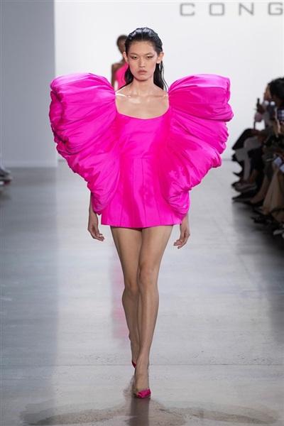 Mẫu đầm nữ tính vốn là thiết kế thuộc bộ sưu tập ''Đi nhặt hạt sương nghiêng'', từng được Công Trí giới thiệu ở Tuần lễ Thời trang New York, mùa mốt Xuân Hè 2020.