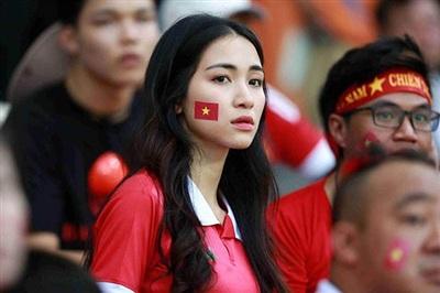 Hòa Minzy thường xuyên xuất hiện trên sân bóng cổ vũ Công Phượng.