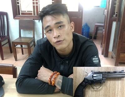 Đối tượng Lê Thanh Lâm tại cơ quan công an và khẩu súng do Lâm sử dụng để gây án.
