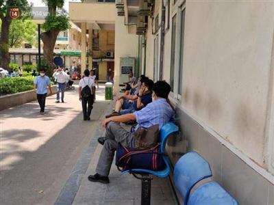 Phía bên ngoài thời tiết nắng gay gắt nhiều người gục đầu bên hàng ghế ngủ vội.