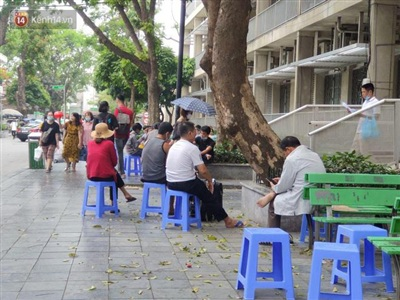 Thời gian buổi trưa là khoảng thời gian nóng nhất trong ngày, trong khuôn viên bệnh viện người nhà bệnh nhân tìm mọi nơi có bóng mát để nghỉ tạm.