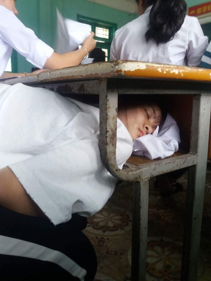 Một nữ sinh với tư thế ngủ bá đạo không kém.