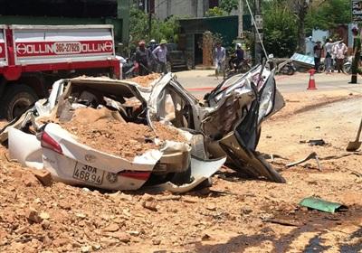 Chiếc xe con bẹp dúm sau tai nạn khiến 3 người tử vong