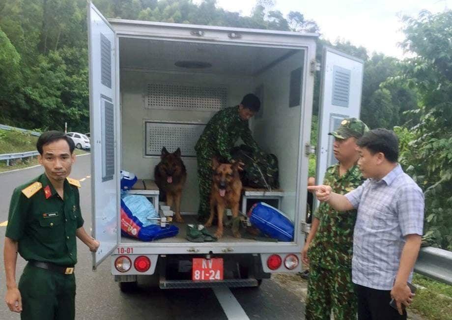 Phát hiện dấu vết của kẻ vượt ngục, Công an Đà Nẵng cùng lực lượng Quân đội đã huy động hàng trăm chiến sĩ vào cuộc vay bắt. Lực lượng chức năng đưa tới hiện trường 9 chú chó nghiệp vụ để theo dấu Triệu Quân Sự.