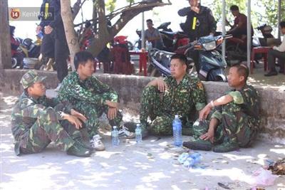 Lực lượng chức năng nghỉ ngơi bên lề đường.