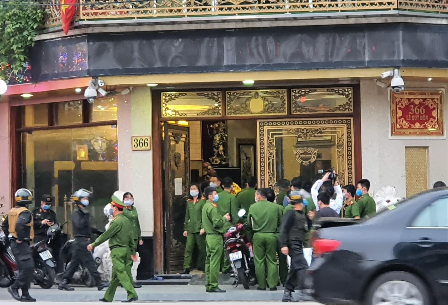 CQĐT Công an Thái Bình tổ chức khám xét, bắt giữ nơi làm việc của đối tượng Nguyễn Thị Dương, vợ Nguyễn Xuân Đường thời điểm đầu tháng 4
