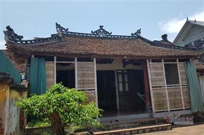Ngôi nhà cổ có tuổi đời trên 100tuổiở Trường Yên (Chương Mỹ, Hà Nội) nguyên bản làtường đá ong, phần mái, cột, xà bằng gỗ lim, gỗ mít và xoan đào. Chủ nhân hiện tại của căn nhà là ông Trịnh Văn Hùng.