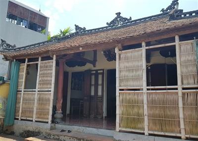 Ông Hùng cho biết, ngôi nhà được xây dựng vào đầu thế kỷ 20 trênkhuôn viên rộng900m2. Trải qua nhiều biến động, khuôn viên khu nhà hiện chỉ còn 300m2. Đây vốn là mảnh đất hương hỏa của dòng họ Trịnh.