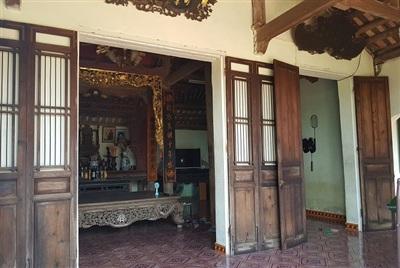 Hiện nay, bộ cửa bức bàn và nền nhà lát gạch Bát Tràng đã được thay mới do công trình xuống cấp.