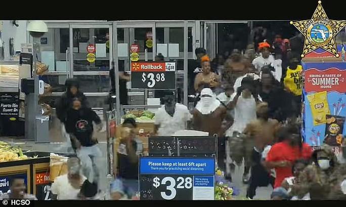 Hàng trăm người hôi của đã lao vào siêu thị Walmart tại bang Florida – Mỹ. Ảnh: HCSO